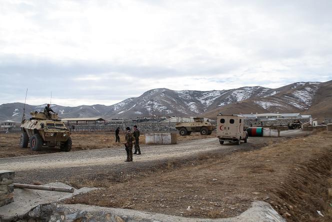 Le personnel de sécurité déployé, après qu'un kamikaze a frappé une base militaire, dans la province de Ghazni, le 29 novembre 2020.