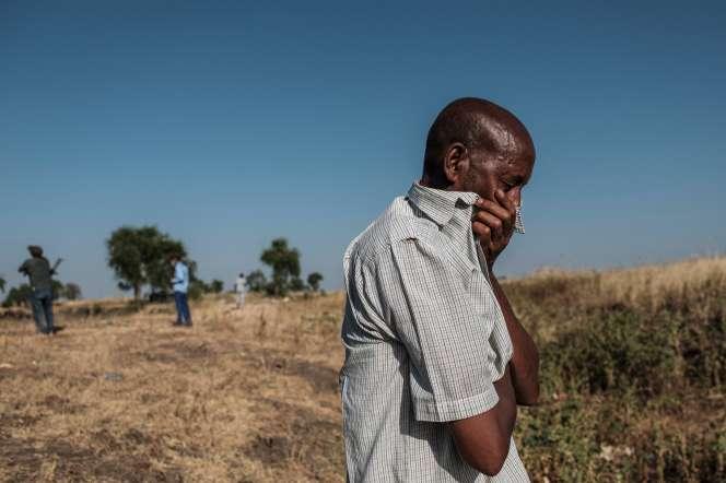Un homme réagit, le 21 novembre, devant un fossé près de Maïkadra (Ethiopie), rempli de plus de 20 corps de victimes tuées le 9 novembre.