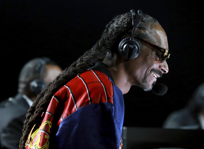 Snoop Dogg commente le combat de boxe entre Mike Tyson et Roy Jones Jr., samedi28novembre2020, à Los Angeles.