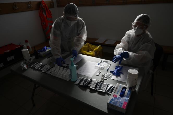 Analyse de tests antigéniques, sur un site mobile de la Croix-Rouge, le 19 novembre à Saint-Gilles (Gard).