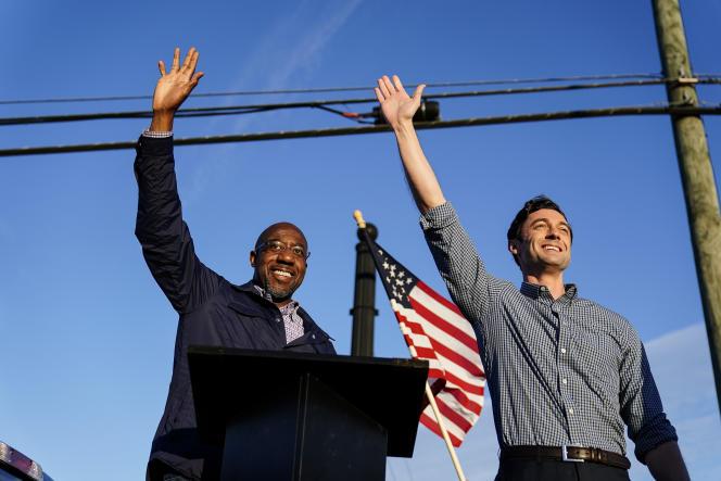 Les deux candidats démocrates, Raphael Warnock, à gauche, et Jon Ossoff, à droite, en campagne à Marietta le 15 novembre 2020.