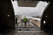 Du matériel médical est chargé à bord d'un avion cargo, à l'aéroport Charles-de-Gaulle, le 25 novembre.