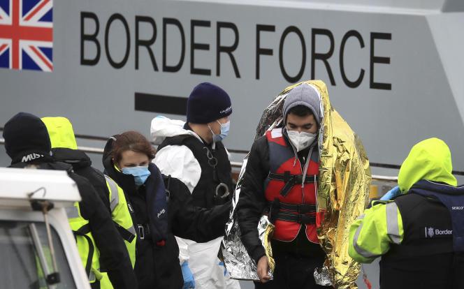 Un groupe de personnes identifiées comme étant des migrants le 27 novembre à Douvres, dans le sud de l'Angleterre.