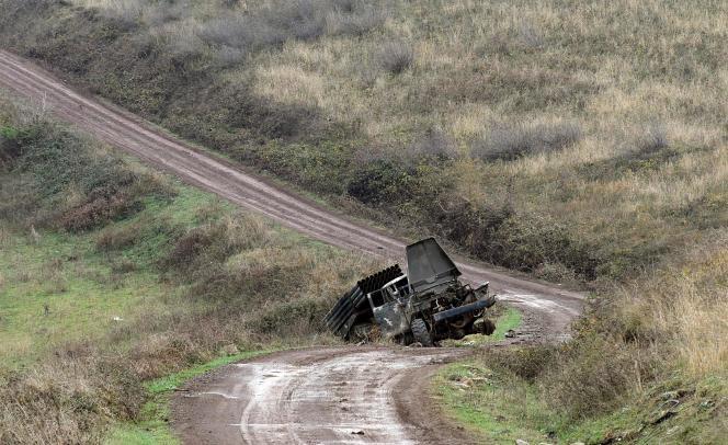 Un camión cohete del ejército armenio, destruido el 30 de noviembre de 2020, entre Hadrout y Khojavend.