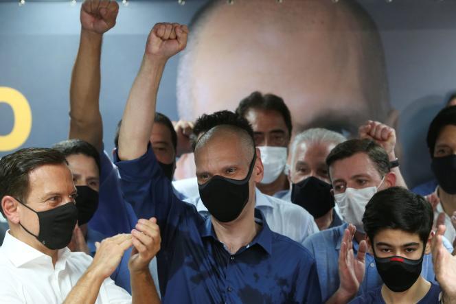 Bruno Covas (au centre), du Parti de la social-démocratie brésilienne (PSDB), célèbre sa réélection à la mairie de Sao Paulo, le 29 novembre.