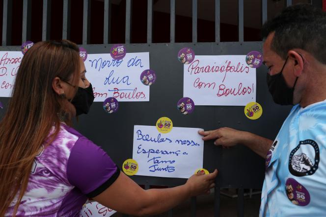 Des partisans du candidat PSOL, Guilherme Boulos, accrochent« Boulos notre espoir, nous sommes ensemble», devant sa maison, le 29 novembre.
