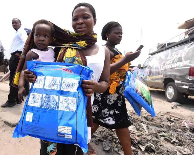 Campagne de distribution de moustiquaires imprégnées d'insecticide à Lagos, au Nigeria, en avril 2016, pour lutter contre le paludisme.