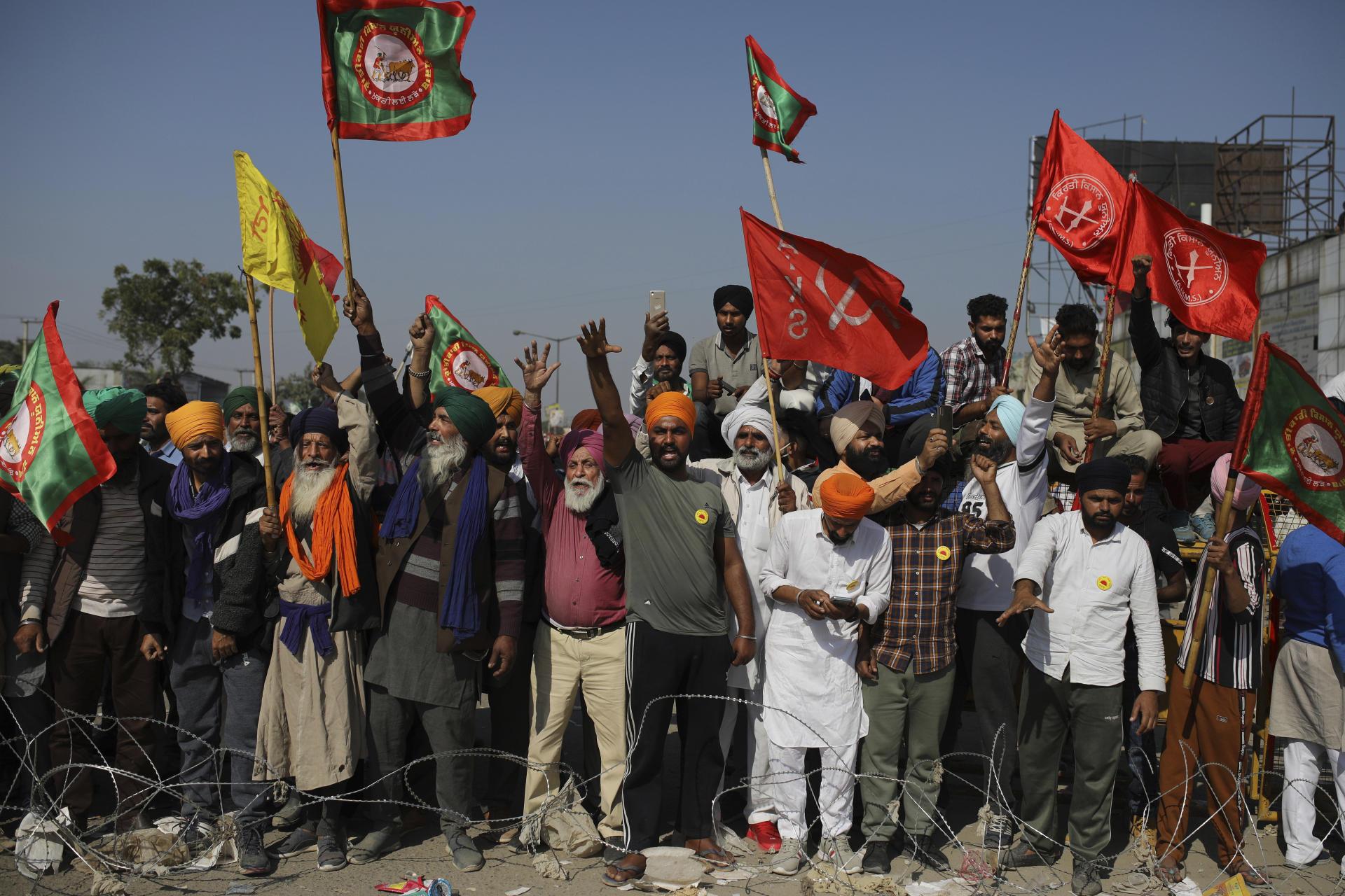Manifestation de paysans indiens,contre la libéralisation des marchés, à la frontière entre Delhi et l'Etat de l'Haryana, le 27 novembre.