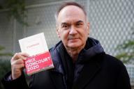Hervé Le Tellier et son roman« L'Anomalie» (Gallimard), après l'annonce du prix Goncourt, le 30novembre, à Paris.