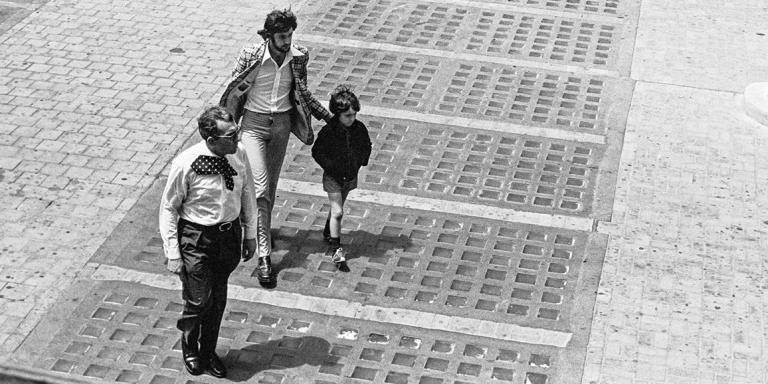 Jean Baptiste Rambla, frère de Marie-Dolorès dans la cour du commissariat de Marseille le 6 juin 1974 au moment où on demande à Jean-Baptiste de reconnaître la voiture . L'homme à la veste à carreaux est le cousin de Jean-Baptiste, l'homme en premiere plan est un policier.