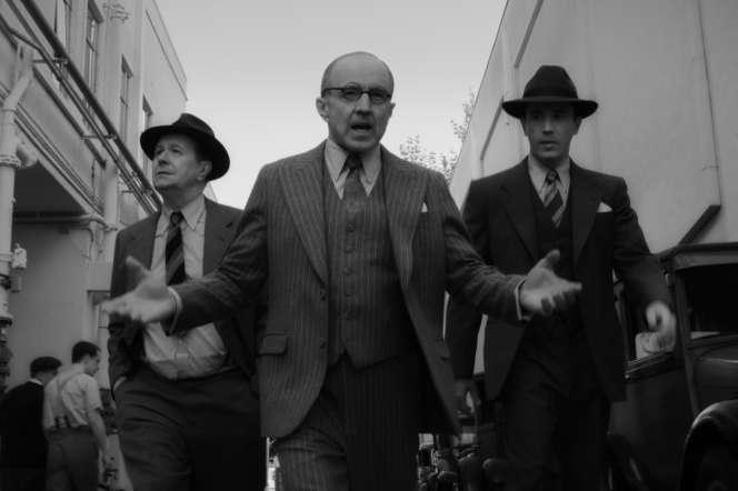 Gary Oldman (Herman J.Mankiewicz), Arliss Howard (Louis B.Mayer) et Tom Pelphrey (Joseph Mankiewicz) dans le film « Mank», de David Fincher.