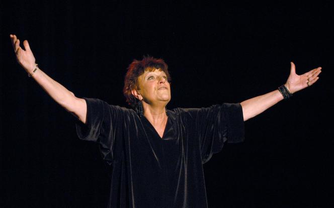 Anne Sylvestre, en novembre 2003, sur la scène de l'Auditorium Saint-Germain, à Paris.