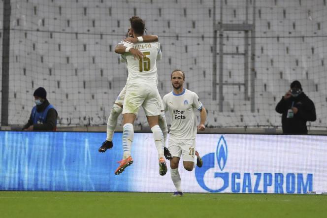 Les joueurs de Marseille célèbrent leur second but face à l'Olympiakos, le 1er décembre à Marseille