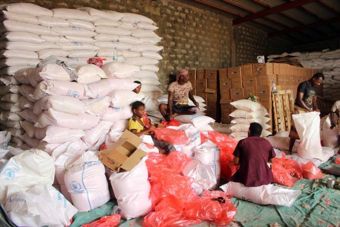 Des réfugiés yéménites reçoivent l'aide du Programme alimentaire mondial (PAM) à la frontière avec l'Arabie saoudite, en juillet 2019.