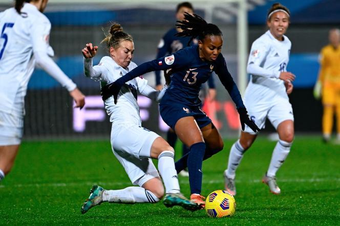 L'attaquante française Emelyne Laurent (à droite) se bat pour le ballon avec la défenseuse kazakhe Anastassiya Vlassova lors du match de qualification du groupeG pour l'UEFA Euro 2022 entre la France et le Kazakhstan, au stade Rabine, à Vannes, le 1er décembre 2020.