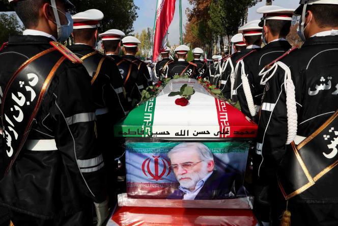 Sur cette photo fournie par le ministère iranien de la défense, des membres des forces iraniennes portent le cercueil du scientifique nucléaire iranien Mohsen Fakhrizadeh lors d'une cérémonie funéraire à Téhéran, le 30 novembre.