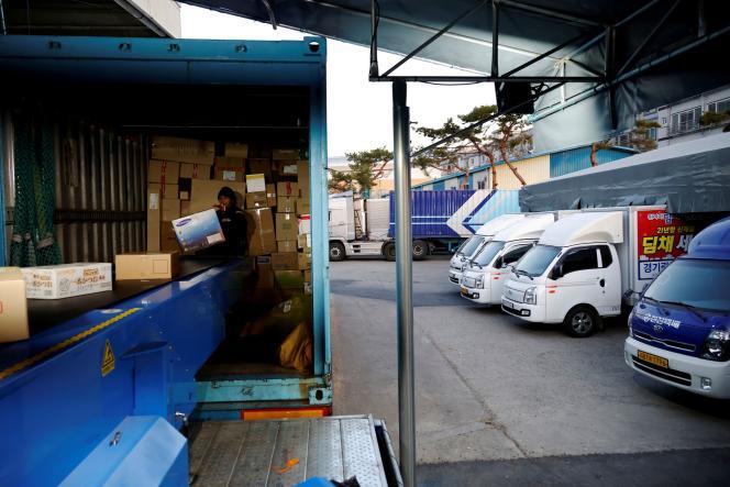 Dans un centre de distribution de colis, à Gwangju (Corée du Sud), le 10 novembre.