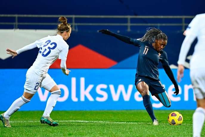 L'attaquant français Kadidiato Diani (à droite) lors du match contre le Kazakhstan le 1er décembre à Van.