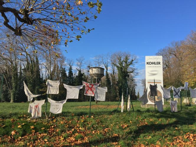 « Qui sème la misère, récole la Kohler », lit-on sur les tee-shirts accrochés par les salariés de l'usine Jacob Delafon de Damparis, dans le Jura, qui protestent contre la vente du site par le groupe américain Kohler, le 26 novembre 2020.