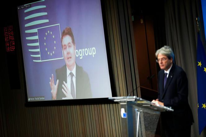 Le président de l'Eurogroupe, Paschal Donohoe (à l'écran), et Paolo Gentiloni, le commissaire en charge de l'économie, à Bruxelles, le 30 novembre.