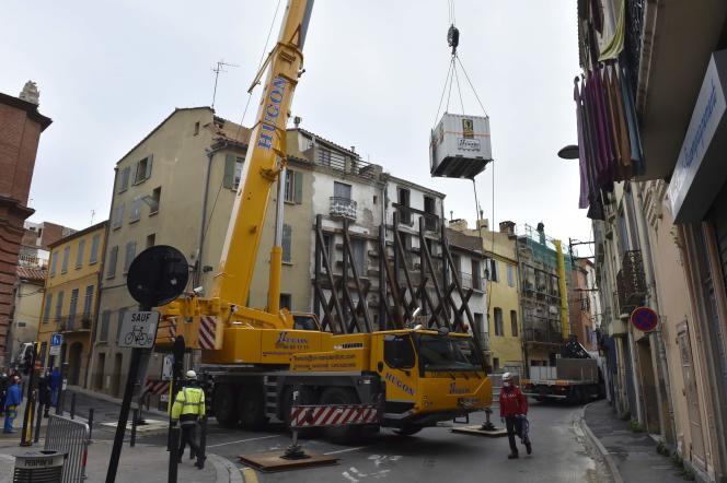 La grue et le container qui ont permis d'évacuer Alain P. de son domicile alors que celui-ci vivait immobilisé au sol depuis plusieurs mois et souffre d'obésité morbide, à Perpignan, mardi 1er décembre.