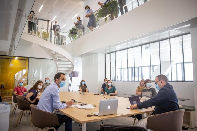 Première réunion de prévision de la rédaction du quotidien «LeMonde» (et en visioconférence, pandémie oblige), le 20 mai, dans le nouveau bâtiment qui abrite les rédactions du groupe LeMonde, avenue Pierre-Mendès-France, à Paris.