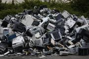 Une pile d'appareils électriques et électroniques hors d'usage, dans une usine de recyclage au Havre (Seine-Maritime), en 2017.
