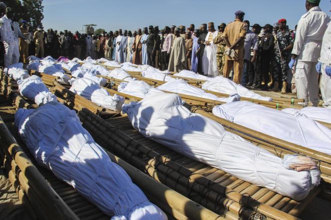 Funérailles de quarante-trois ouvriers agricoles à Zabarmari, à 20 kilomètres de Maiduguri, au Nigeria, le 29 novembre 2020, après une attaque de Boko Haram.