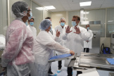 Emmanuel Macron lors d'une visite de laboratoire à l'usine Sanofi Pasteur de Marcy-l'Etoile près de Lyon, le 16 juin.