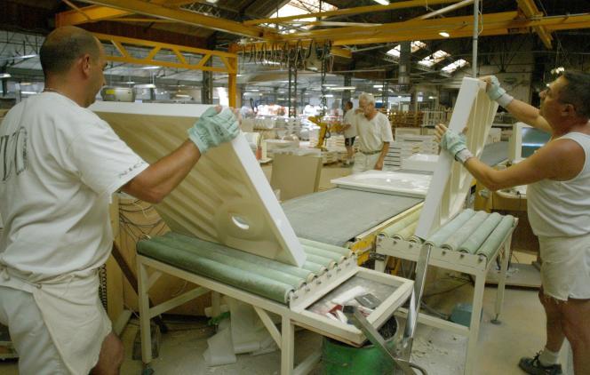 Des employés de Jacob Delafon dans l'usine historique de la marque française, à Damparis dans le Jura, le 30 octobre.