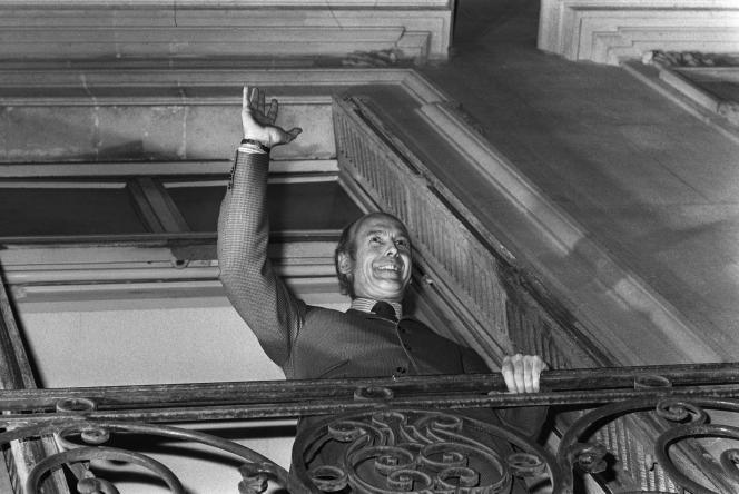 Valéry Giscard d'Estaing, le 20 mai 1974, salue la foule du balcon de son siège de campagne à Paris.