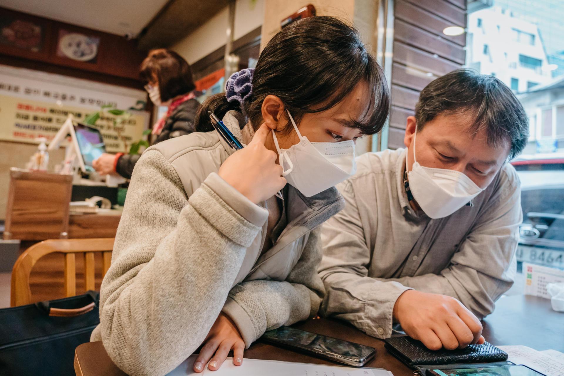 Séoul, le 20 novembre. Les enquêteurs Choi Han-sul et Lim Dong-hyun scrutent les images de vidéosurveillance d'un restaurant du quartier de Seocho, sur le téléphone du propriétaire. Ils tentent de retracer le parcours d'un client, malade du Covid-19, qui a déjeuné là avec un ami quelques jours auparavant.