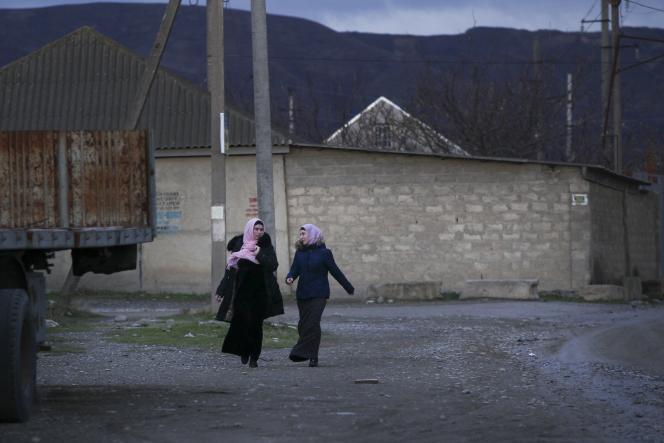 Des habitantes du village de Komsomolskoïe en République du Daghestan, dans le Caucase du Nord (Fédération de Russie), en 2015.