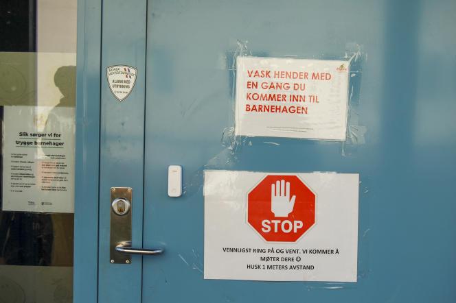 Instructions sanitaires devant une crèche d'Oslo, en avril 2020.