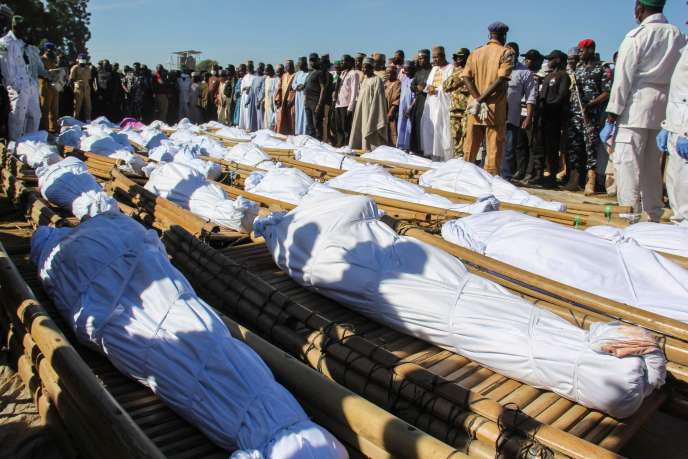 Lors des funérailles des victimes de l'attaque revendiquée par Boko Haram, à Zabarmari près de Maiduguri au Nigeria, le 28 novembre.