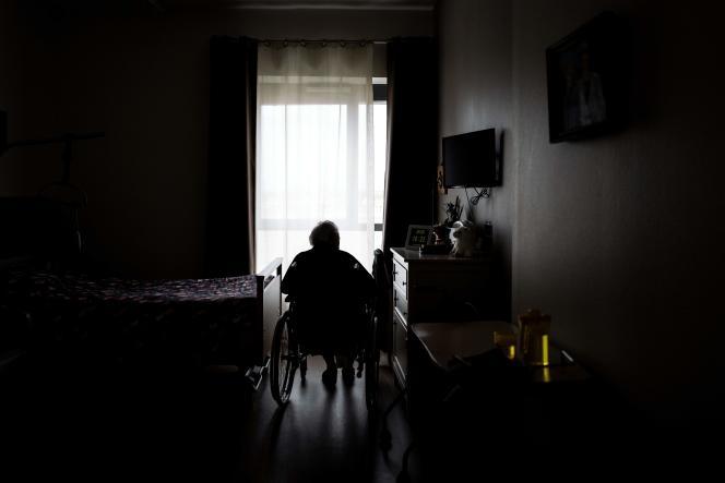 Une résidente dans sa chambre à l'Ehpad Vilanova à Corbas, dans la métropole de Lyon, le 1er octobre.