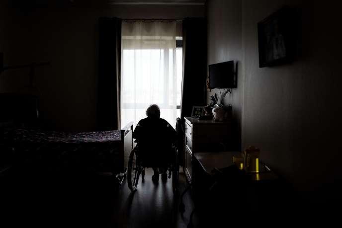 Une résidente dans sa chambre de l'EhpadVilanova Care Home à Corbas, dans la métropole de Lyon (Rhône-Alpes), le 1er octobre.