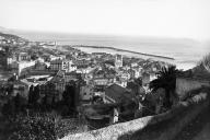 Vue sur le port de Bastia, en Corse, en avril 1935. Au milieu, l'église Saint-Jean-Baptiste des XVII-XVIIIesiècles.