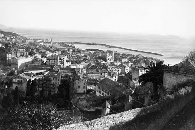 Vue sur le port de Bastia, en Corse, en avril 1935. Au milieu, l'église Saint-Jean-Baptiste du XVII-XVIIIème siècle.