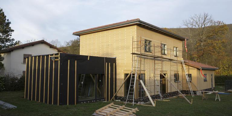 Vue sur la face sud de la maison. Les prochaines étapes de construction sont le bardage et le crépi.   Lagnieu, (01)