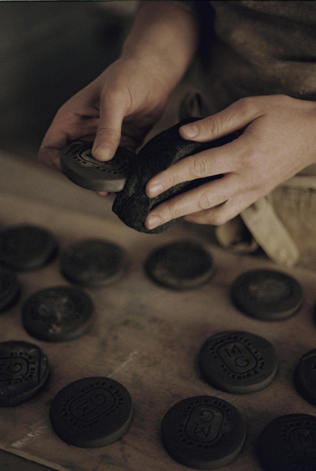 Marion Graux passeà l'épongela plupart deses travauxavant de les cuire pour adoucir les angles.