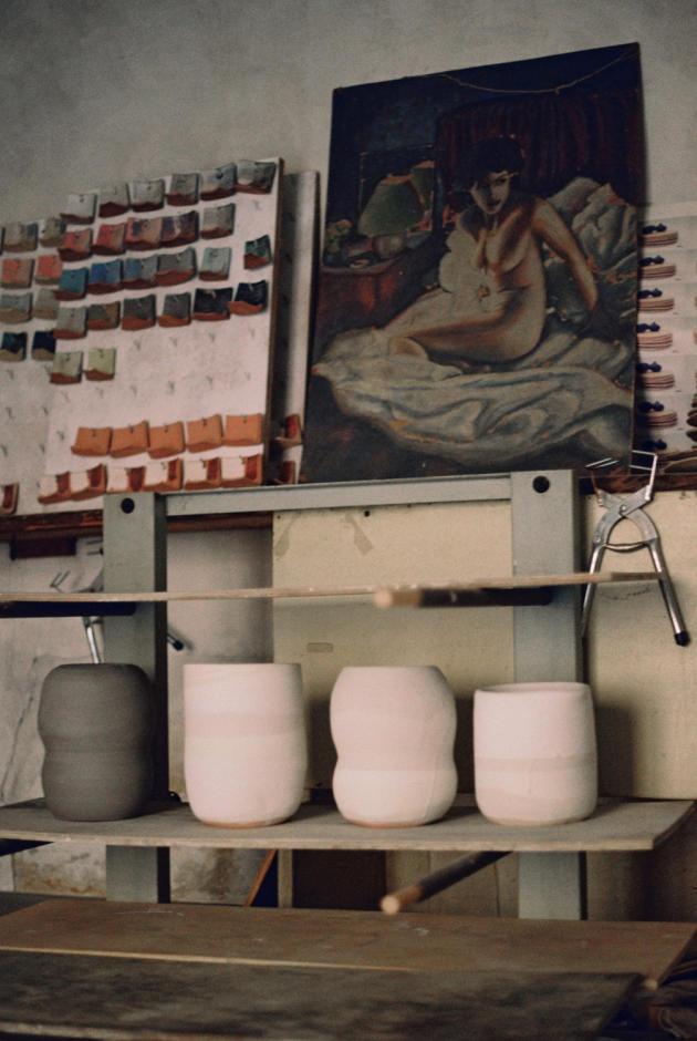 Des émaux, base de la gamme chromatique de Marion Graux, et des vases en train de sécher.