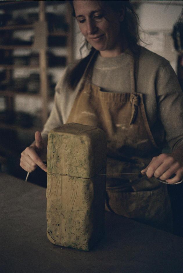 Marion Graux coupe au fil les pains d'argile avant de les travailler.