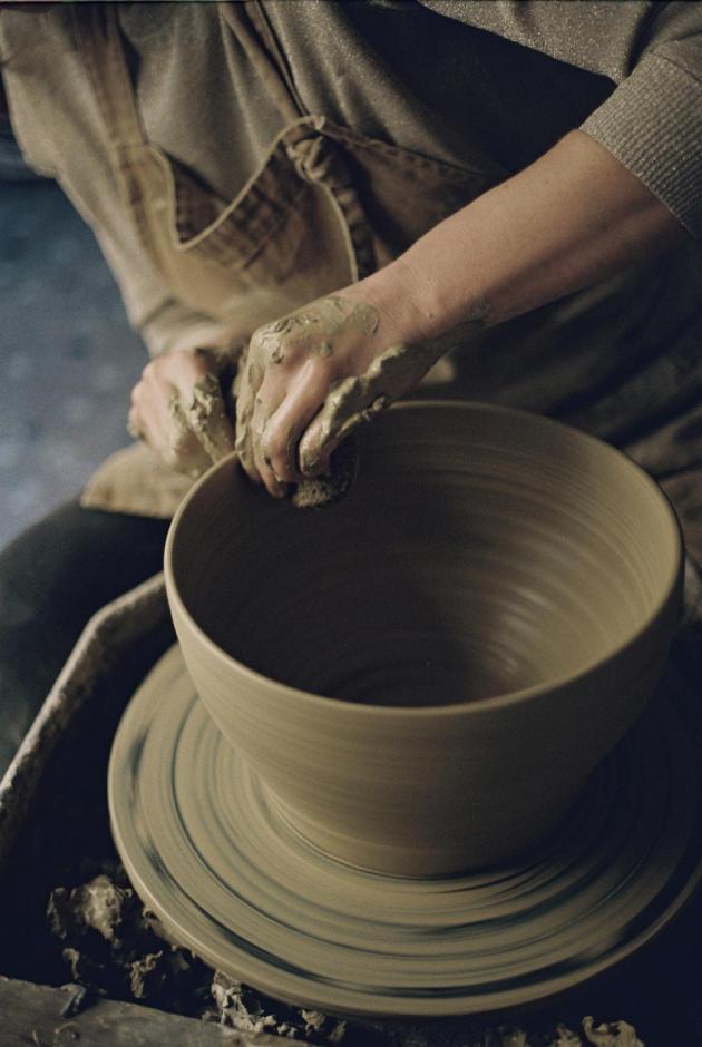 Marion Graux réalise un vase.