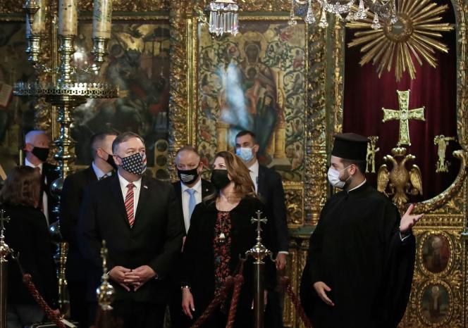 Le secrétaire d'État américain Mike Pompeo et son épouse Susan visitent l'église patriarcale de Saint-Georges à Istanbul, le 17 novembre 2020.