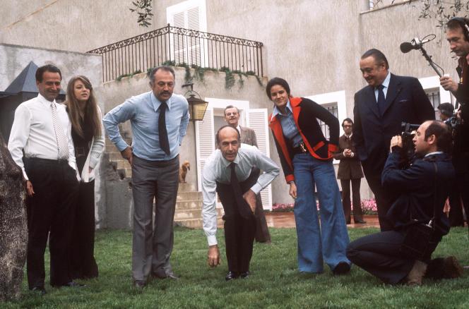 Valéry Giscard d'Estaing jouant à la pétanque avec le maire de Nice, Jacques Médecin, filmés par Raymond Depardon (à droite), en avril 1974.