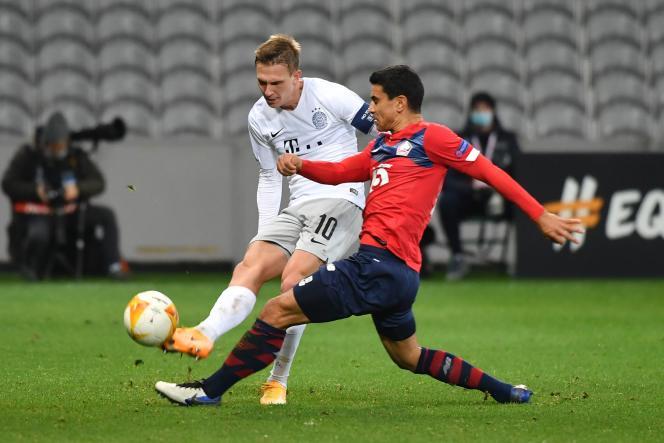 Le milieu de terrain lillois Benjamin André (à droite) avec le milieu de terrain de Prague, Borek Dockal, lors du match du groupe H de l'UEFA Europa League entre le LOSC de Lille et le Sparta Prague, au stade Pierre-Mauroy, à Villeneuve-d'Ascq (Nord), le 3décembre 2020.