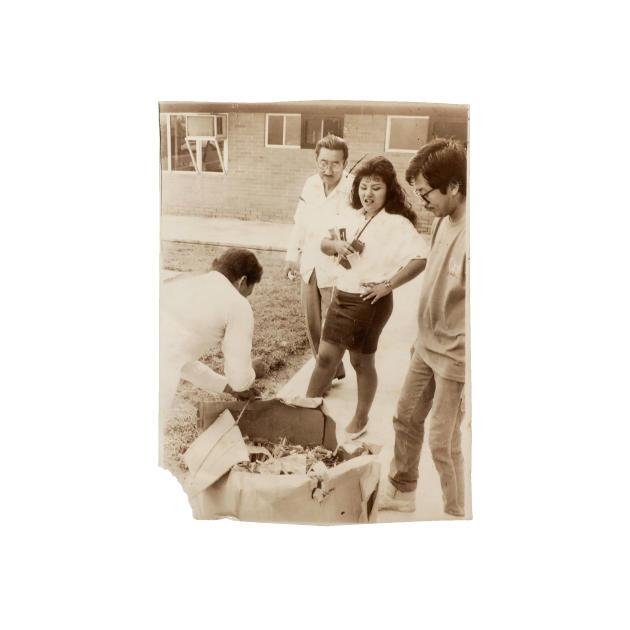 Photographie de l'album personnel de Yolanda Ordáz de la Cruz, sur laquelle elle assiste, en 1989, à la confiscation de produits illicites par les autorités policières.