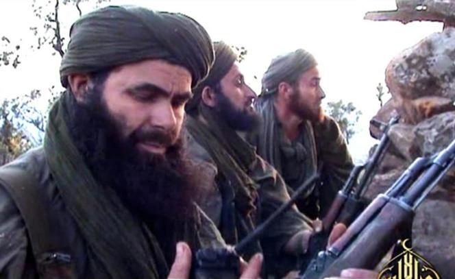 Une photo non datée publiée le 23 mai 2012 montre Abdelmalek Droukdel, dirigeant d'Al-Qaïda au Maghreb islamique (AQMI), avec ses combattants en Azawad.Le 3juin, il a été tué par les forces spéciales françaises dans le nord du Mali.