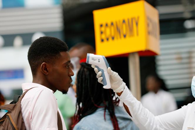 Test de température à l'aéroport d'Accra, capitale du Ghana, en janvier 2020.